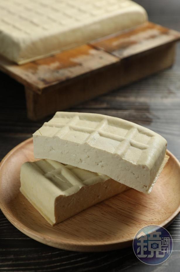 每天鮮磨豆漿、現做的「「阿香豆腐」」。(15元/塊)