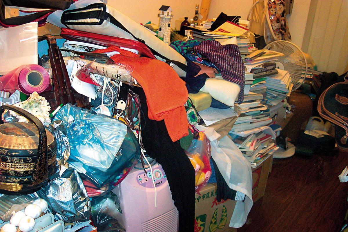 2003年遭竊後,Phyllis和母親同住的屋子陷入混亂,餐桌隱沒在雜物中,餐廳也失去了原有的功能。(Phyllis提供)
