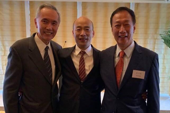 郭董香港會友,沒想到遇高雄市長韓國瑜,兩人也合照留念 。(翻攝郭台銘臉書)