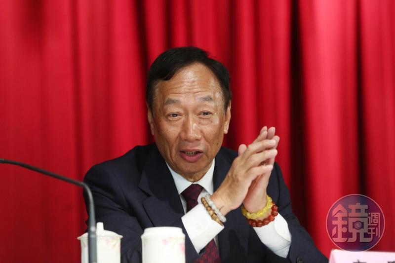 鴻海董事長郭台銘替高雄小農賣水果將進帳的15萬退還農民,被綠委諷失格局,郭台銘今在臉書上發文反擊。