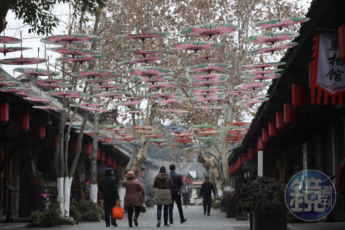 川西民居大都低調,油紙傘是唯一亮眼色彩。