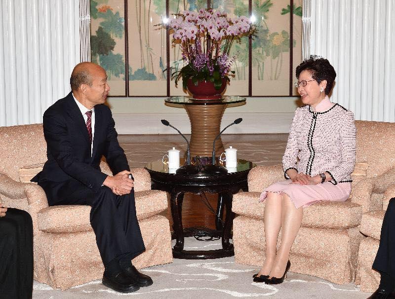 韓國瑜出訪港澳,除了與香港特首林鄭月娥(右)見面,還密會港澳中聯辦主任。(翻攝自韓國瑜臉書)