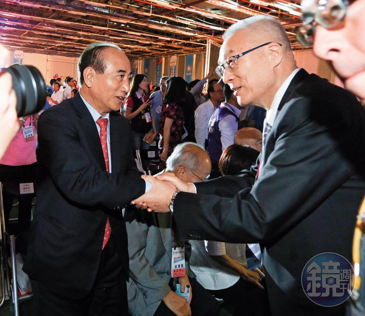 妙天建議國民黨主席吳敦義(右)攜手前立法院長王金平(左),一起參選正、副總統。