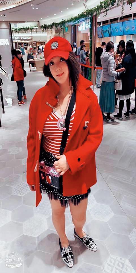 凌葳威在臉書上傳老公幫她拍的照片,感覺身型修瘦了不少。(翻攝自謝伊琪臉書)