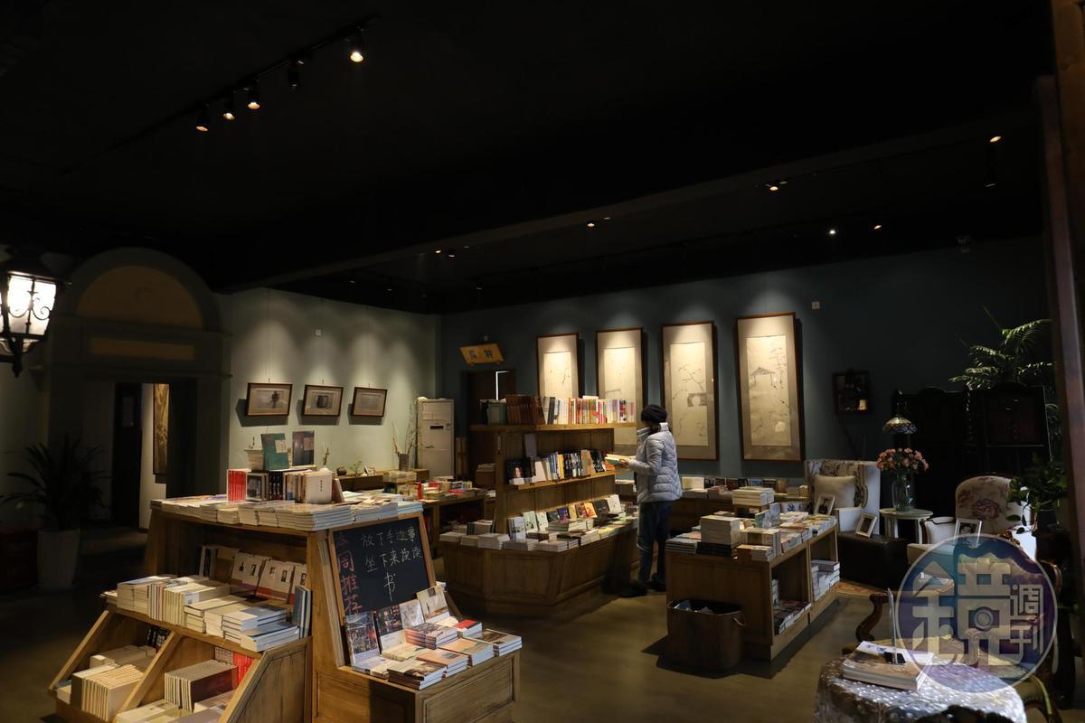 在古色古香的「安仁書院」翻書找書,是一種享受。