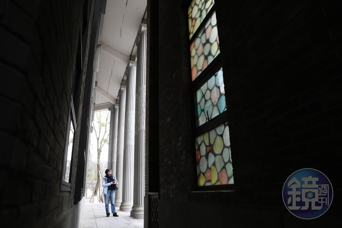 文學館位在古鎮上最氣派的建築裡,外側可見巴洛克式梁柱與教堂的彩色玻璃。