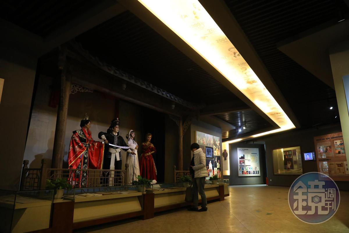 文學館內展示魏明倫創作中的各種戲劇人物塑像,非常熱鬧。