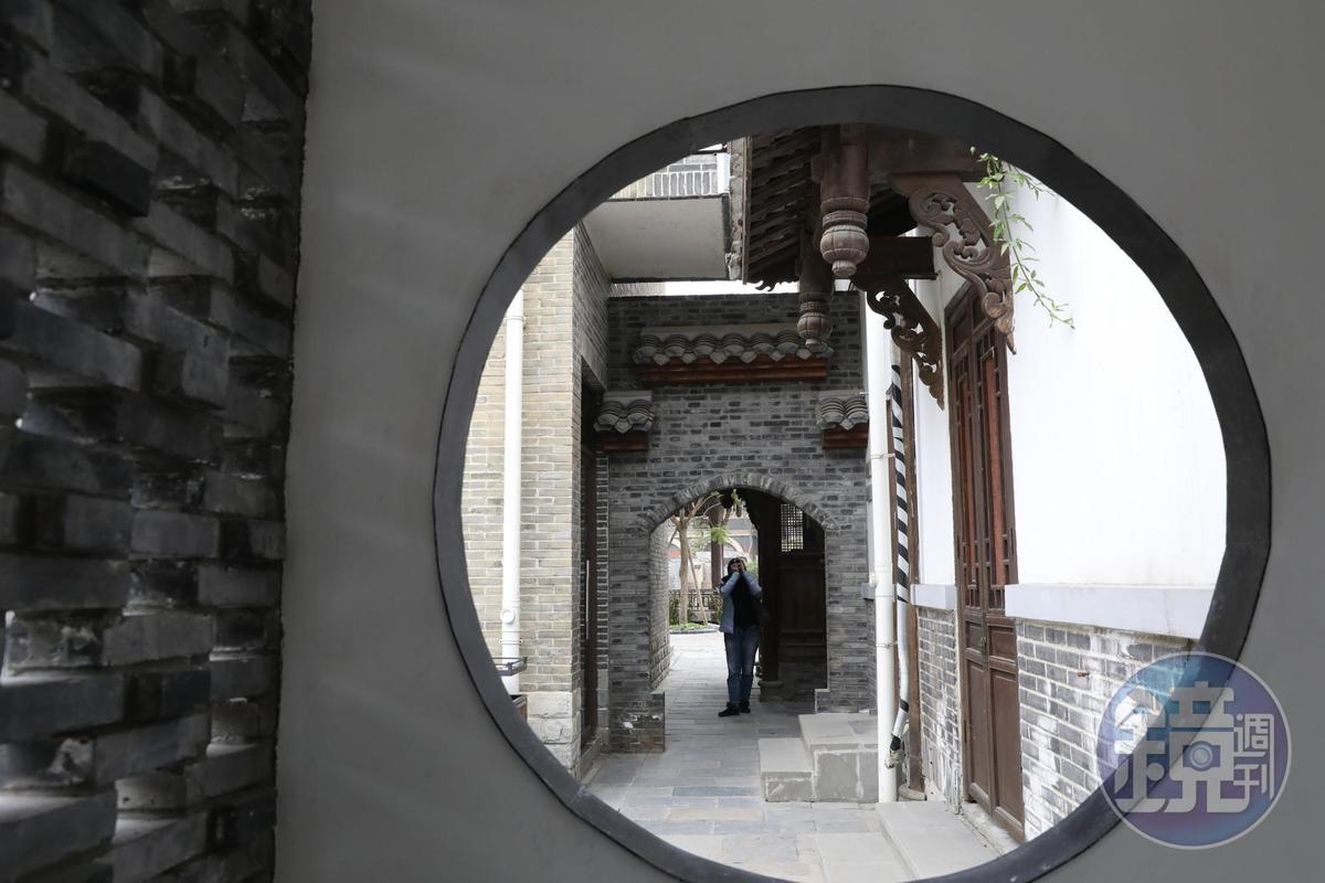 穿過文學館後的月洞門,又是一個小庭院。