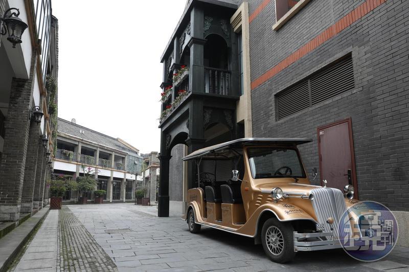安仁古鎮酒店住宿群的住宿水準很平均,也有國際品牌和高檔酒店,其中「安仁公館」的接送車還是搶眼的金色古董造型。