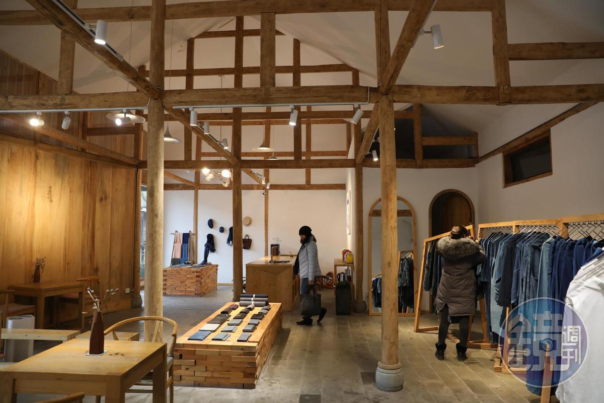 木頭質感的展示空間,是時下流行的文青時尚。