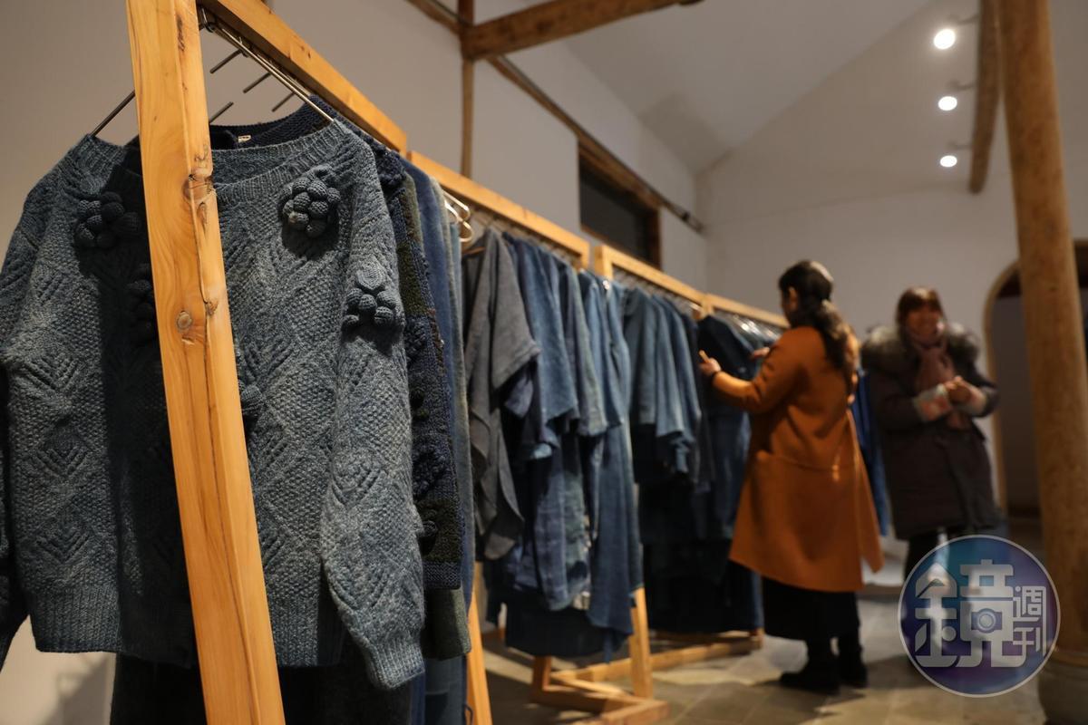 各種藍染服飾是這裡的主要商品。