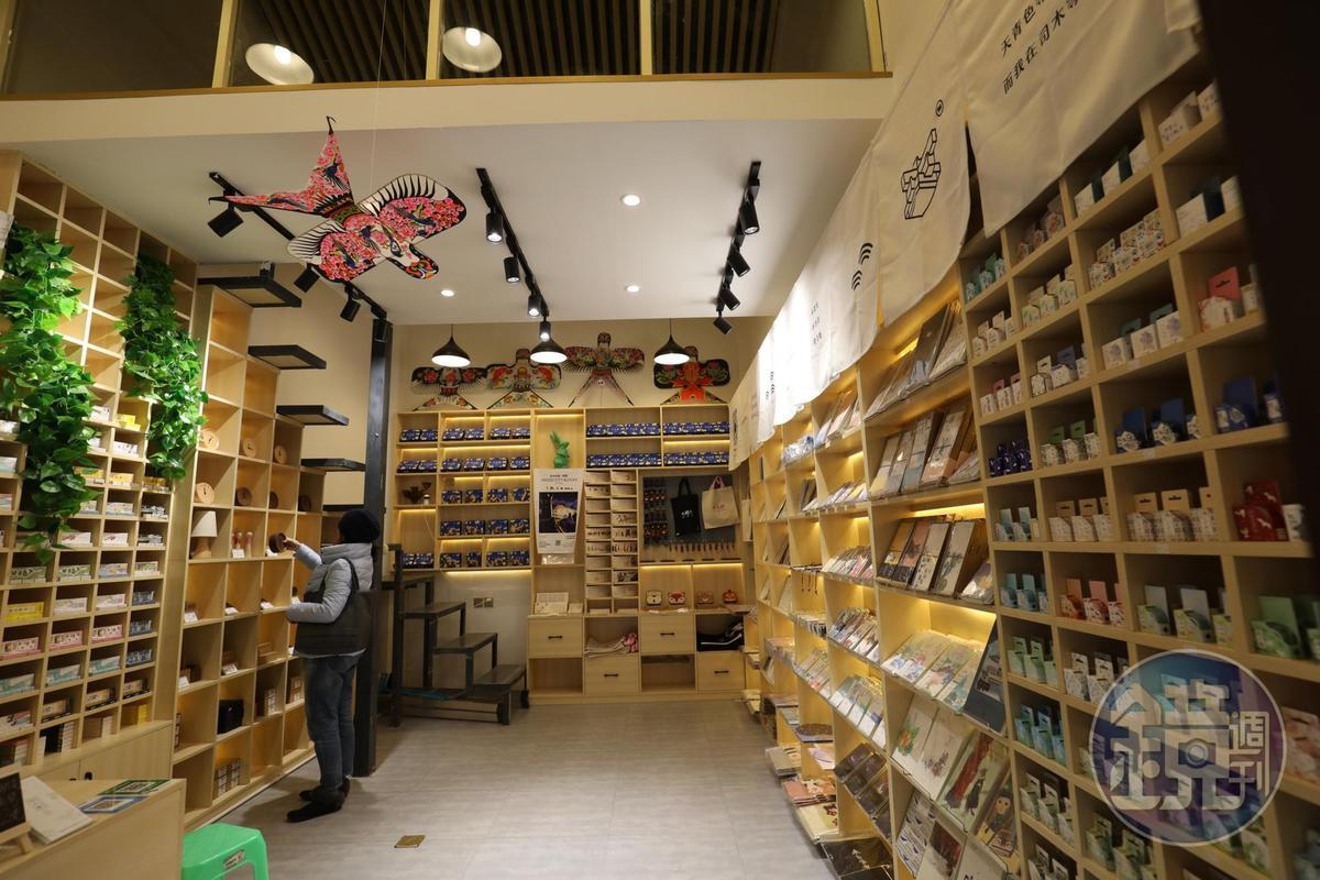小店蒐羅很多文創商品,仔細逛會大有收穫。