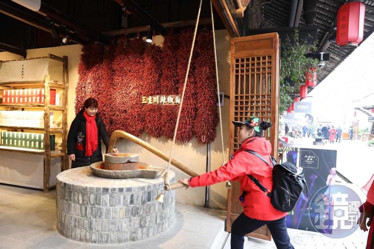「三生川辣椒舖」的醬料口味道地,還可體驗用老石臼磨辣椒粉。