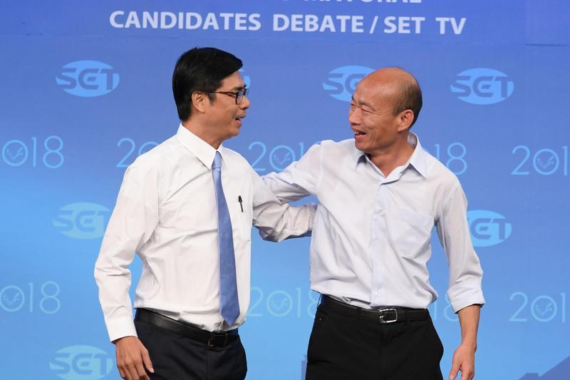 陳其邁希望韓國瑜可以傳達台灣民意給國台辦,卻被韓國瑜回應「廢話太多」。圖為去年兩人參選辯論時合影。(三立提供)