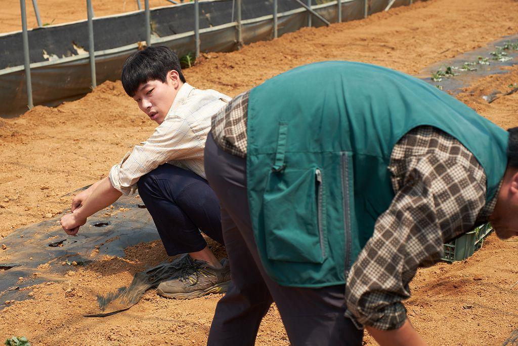 柳俊烈在《錢力遊戲》飾演從農場子弟變成王牌證券員的成功之路。(車庫娛樂提供)
