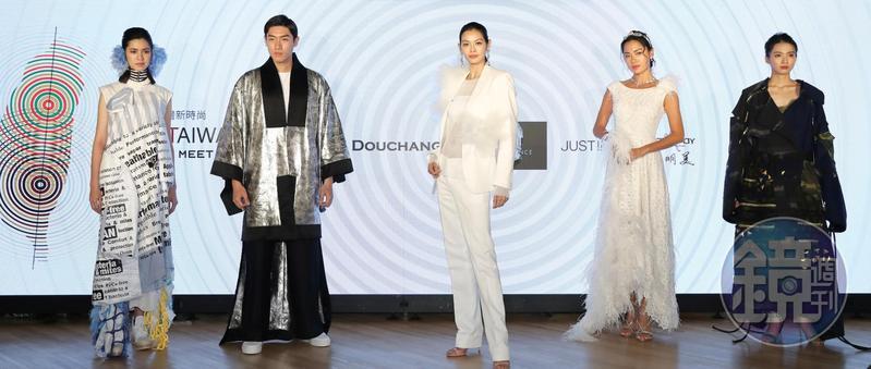 名模林嘉綺(中)及王麗雅(右2)帶領師弟妹,身穿台灣知名設計師們所設計的永續時尚新裝進行展演。