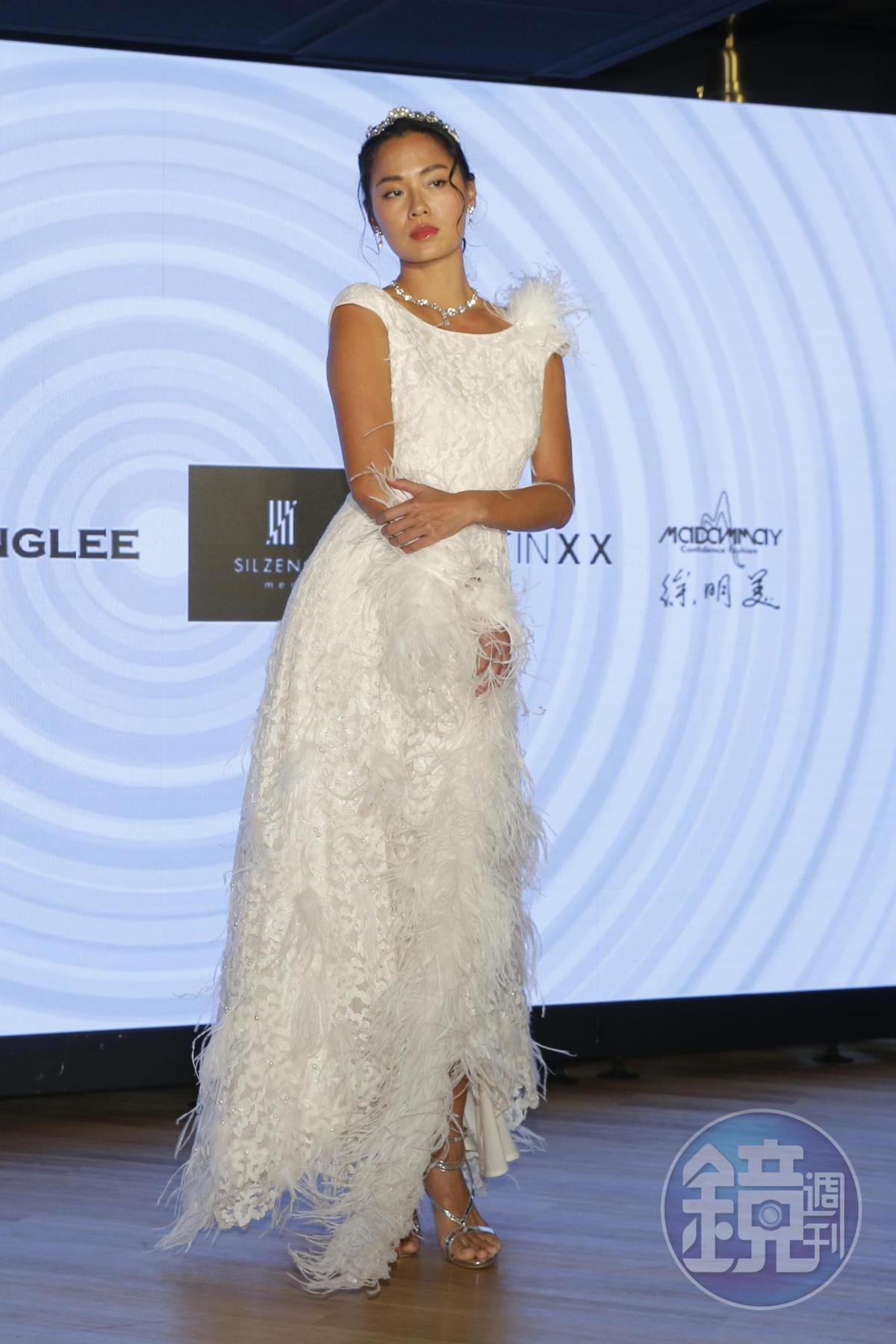 王麗雅示範設計師徐明美的服裝,運用蕾絲的白色色系打造雪景概念,凸顯環保意識,憂心未來白雪皚皚的景況不復見。