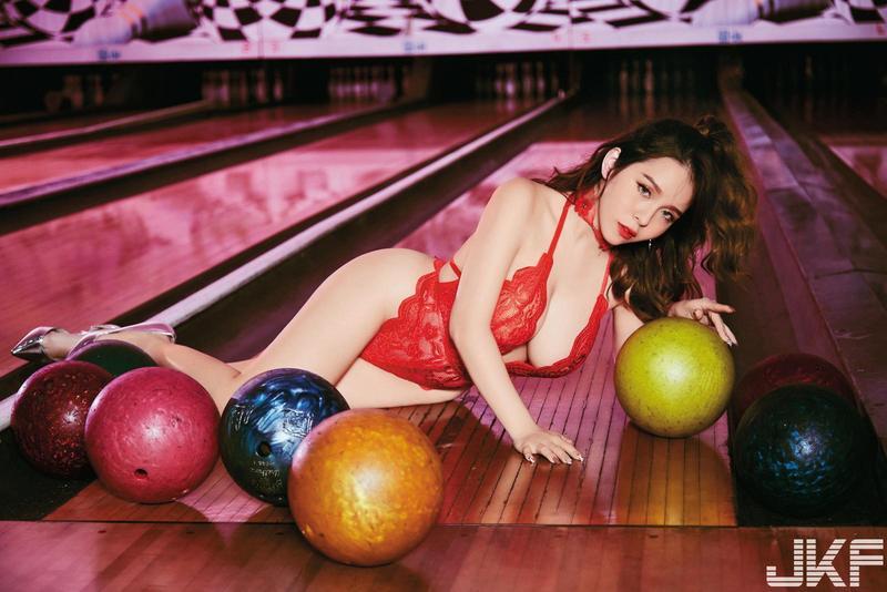 陳香菱在保齡球館拍寫真,一旁在打球的民眾看到她穿得這麼辣,都嚇了一跳。(JKF提供)