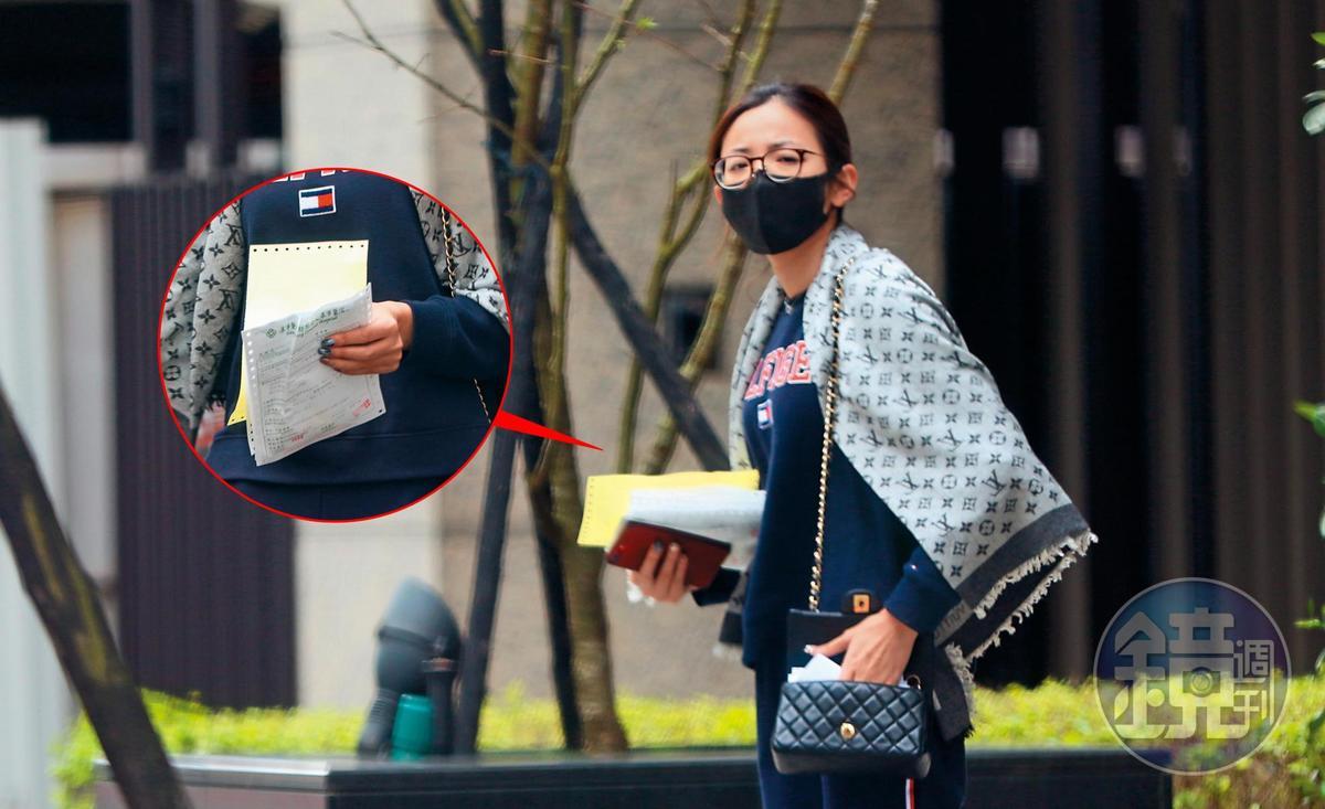 3月19日11:52,中天記者王乃伃出門前往急診,她一身家居,而且罕見地戴了口罩。小圖為她的醫療相關文件。