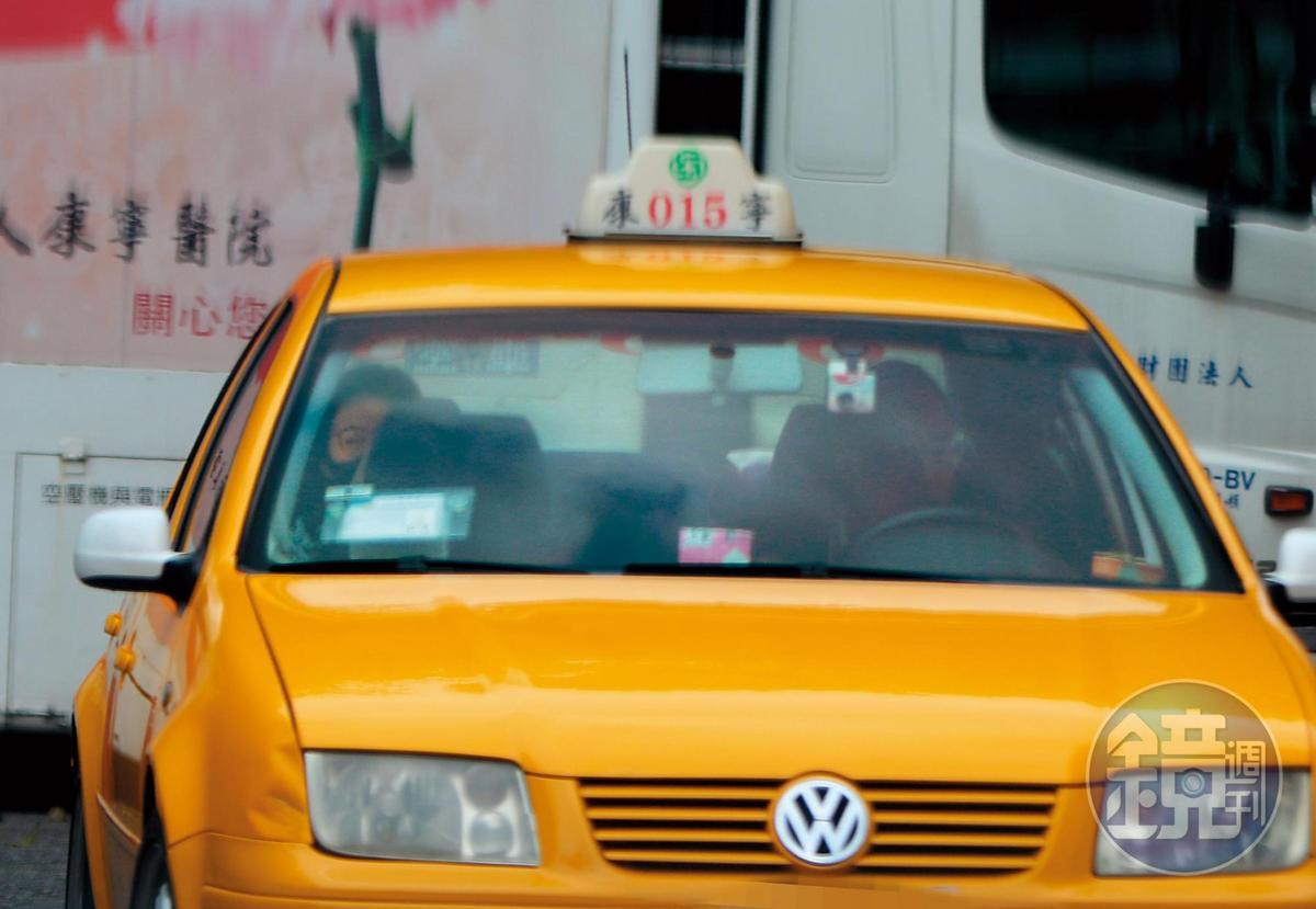 13:02,看完急診,王乃伃自己回家,朱凱翔則返回公司。