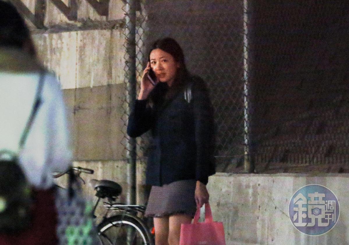 2月19日18:50,王乃伃下班後,忙著使用手機,又站在定點等候,似乎在跟某人頻繁聯絡接送事宜。