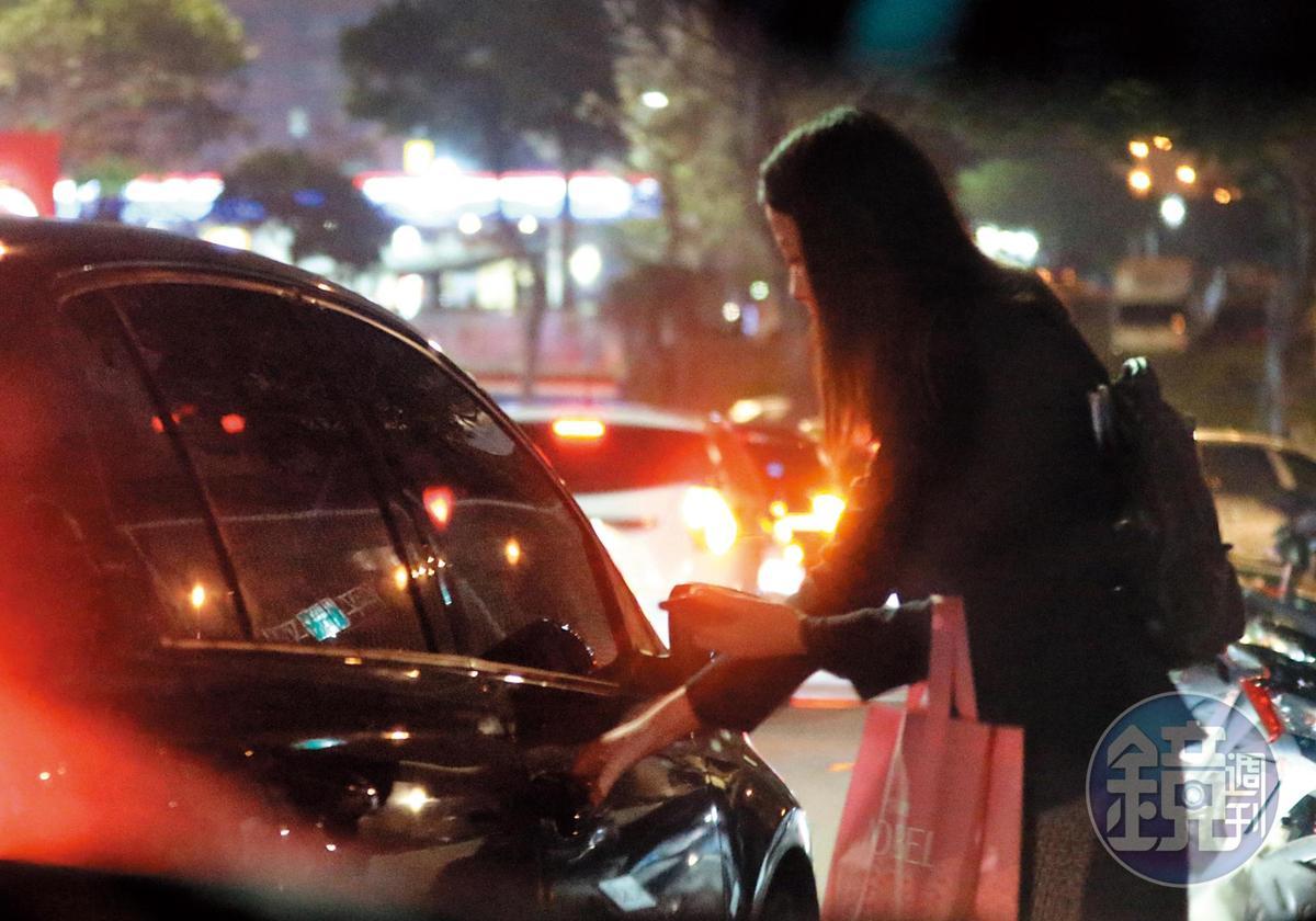 18:57,果然!一輛屬於朱凱翔的車,前來接送王乃伃,可見2人有著固定溫馨接送的關係。