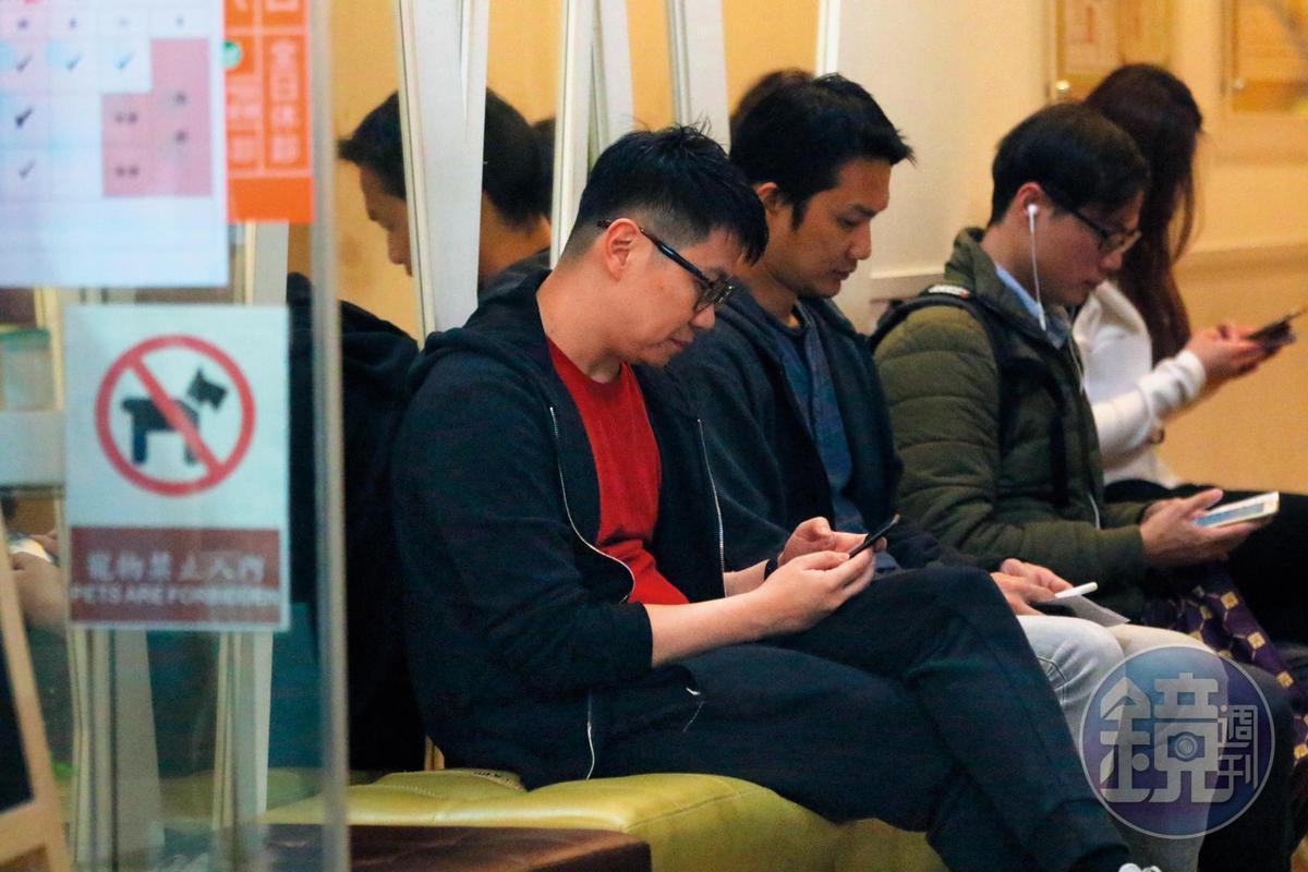 19:39,夫妻一同前往診所,不過朱凱翔忙著在當低頭族,並且盯著手機不時露出爽笑。
