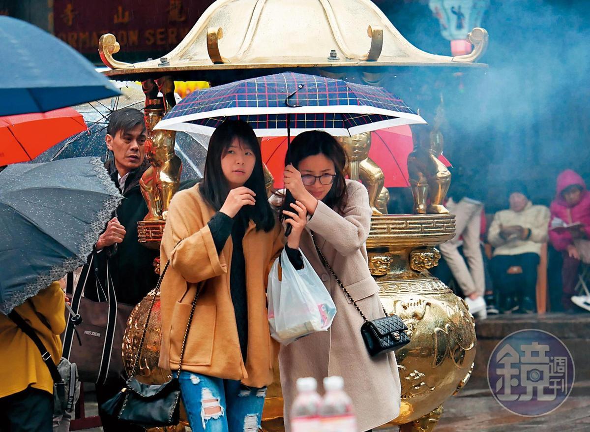 王乃伃(右)過著充實的23歲生活,除了得朱凱翔疼,其他時間也有姐妹淘作陪。