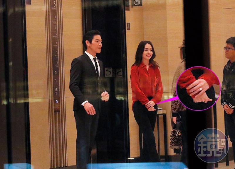 3月17日 21:14,向佐與郭碧婷送客搭電梯,郭碧婷的手上戴了一顆大鑽戒,應是剛剛向佐求婚時才送的求婚戒。
