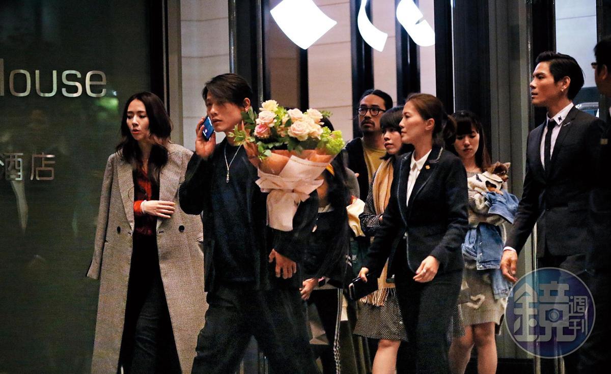 22:14,求婚趴結束後,小倆口與一群親友走出飯店,還有一位女友人捧著一大束玫瑰花,應該也是求婚的道具之一。