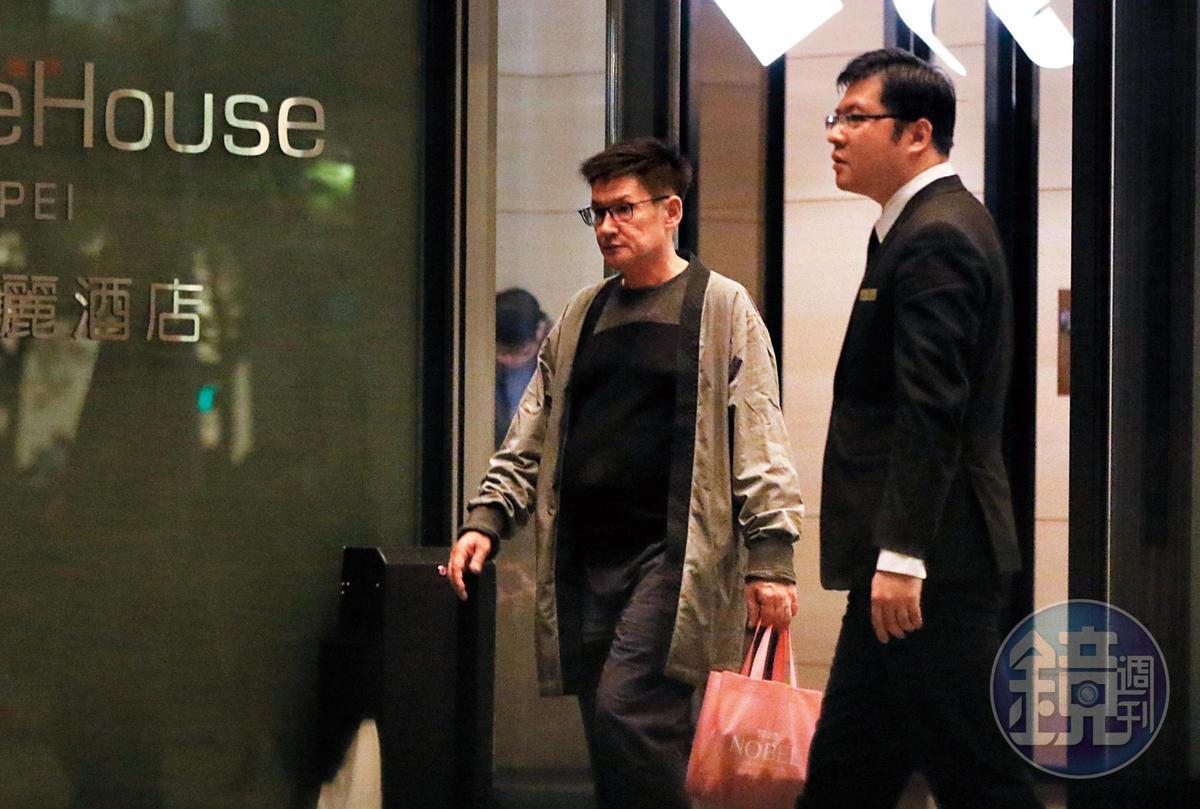 22:15,郭碧婷的美籍混血爸爸低調地最後才步出飯店,未來他就是百億娛樂大亨的親家。