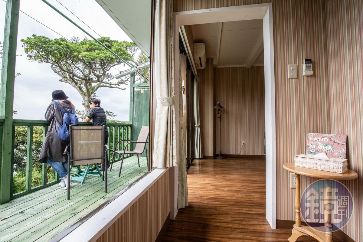 客房同樣擁有面海陽台。