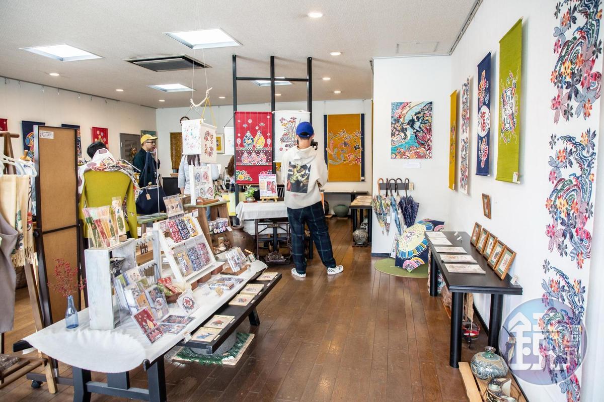 店內滿掛畫、服飾及生活小物,染布也能融入生活。