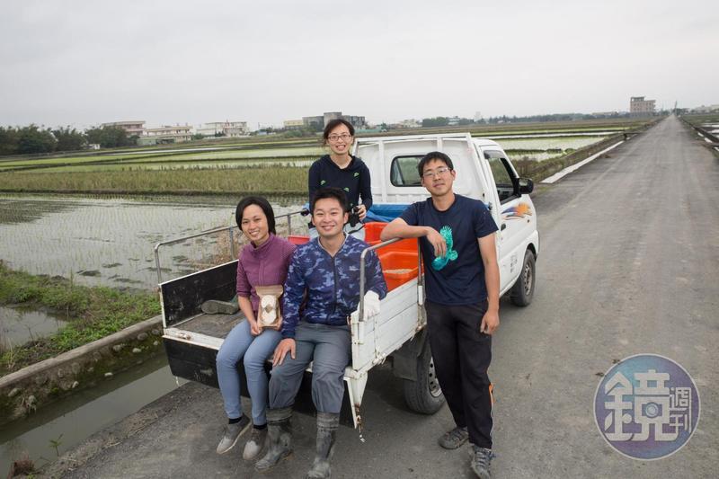 2年前林哲安(右)找來女友張家昀(左1)、學妹周雅淇(後)與父親的學生洪啟哲(中)加入團隊,4人分工合作,拓展客源也研發新品。