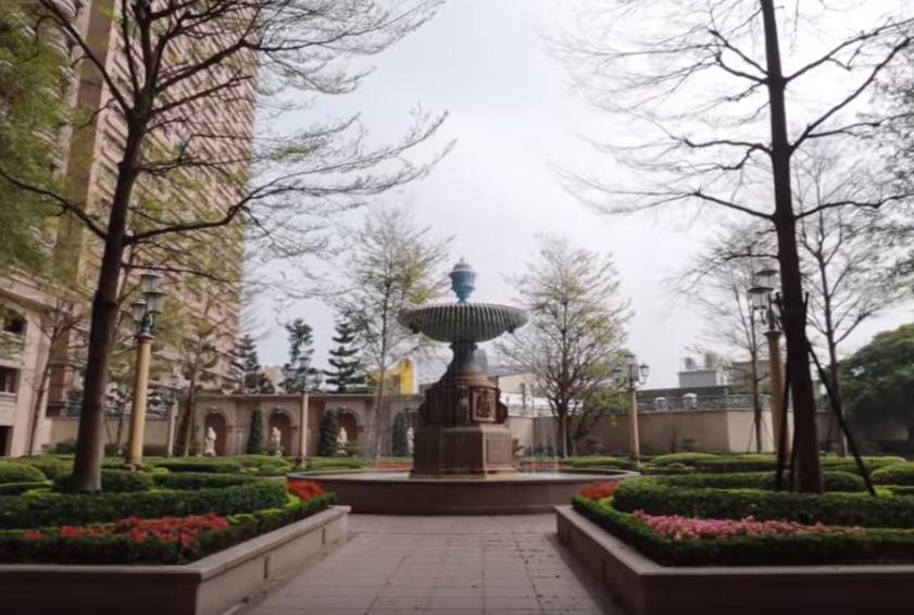豪宅帝寶外部噴水池及庭園廣闊。(翻攝自youtube)