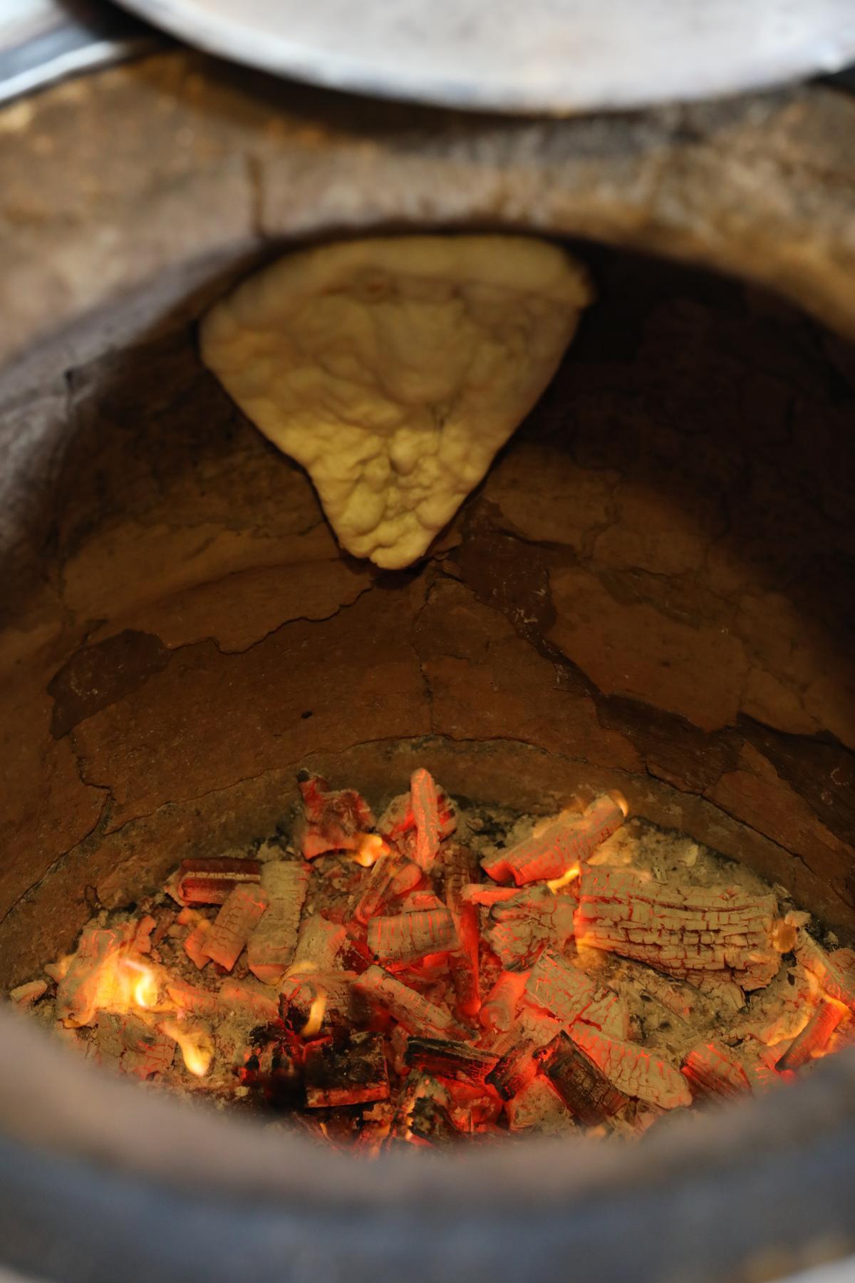 「番紅花印度美饌」為了製作道地烤餅,特別從印度進口烤窯。