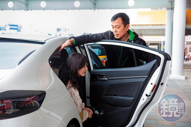 Uber司機張居財上下車時主動幫客人開門,靠著貼心細膩服務,獲2500趟5顆星評價,年收百萬元不輸白領上班族。