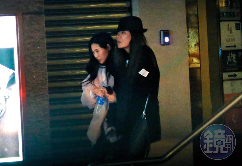3月11日 02:44, 小禎(右)的下巴替她領路,側面看來頗具胡瓜風味,而且很像一抹遊魂。