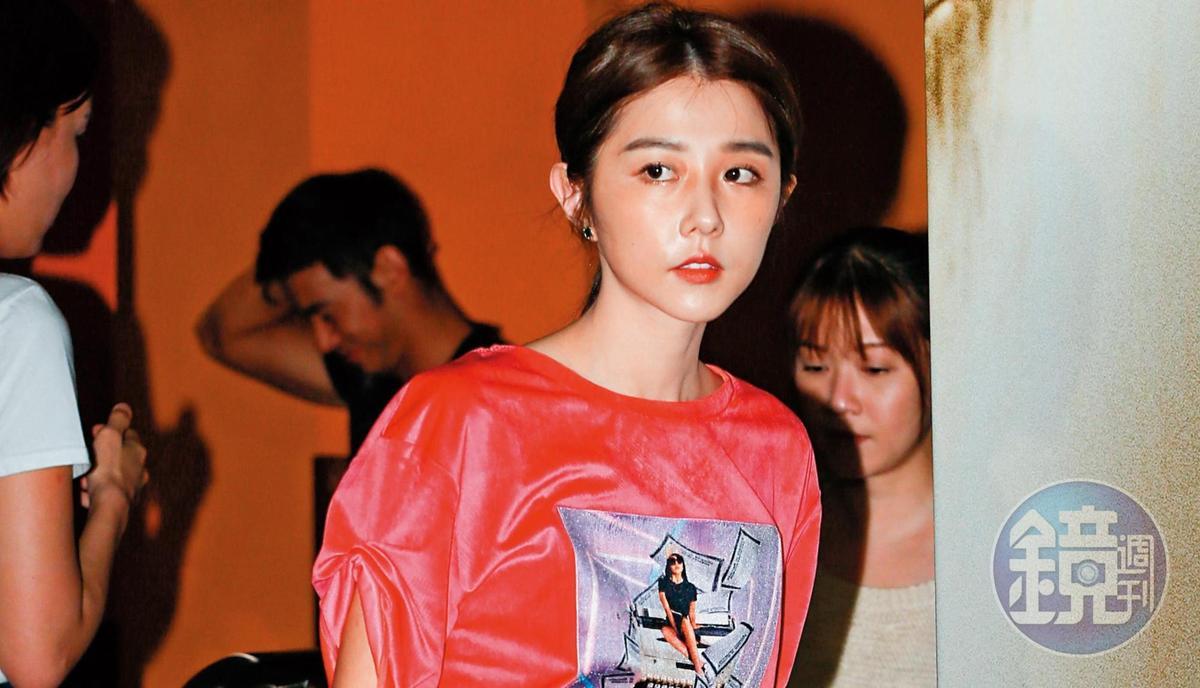 邵雨薇雖然面無表情,但是看似春風豔麗,除了有新歡吳慷仁,最近又有舊愛張立昂滋潤。