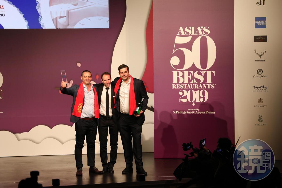2019年「亞洲50最佳餐廳」由新加坡米其林二星Odette法式料理奪冠,主廚Julien Royer(左)上台接受榮耀。