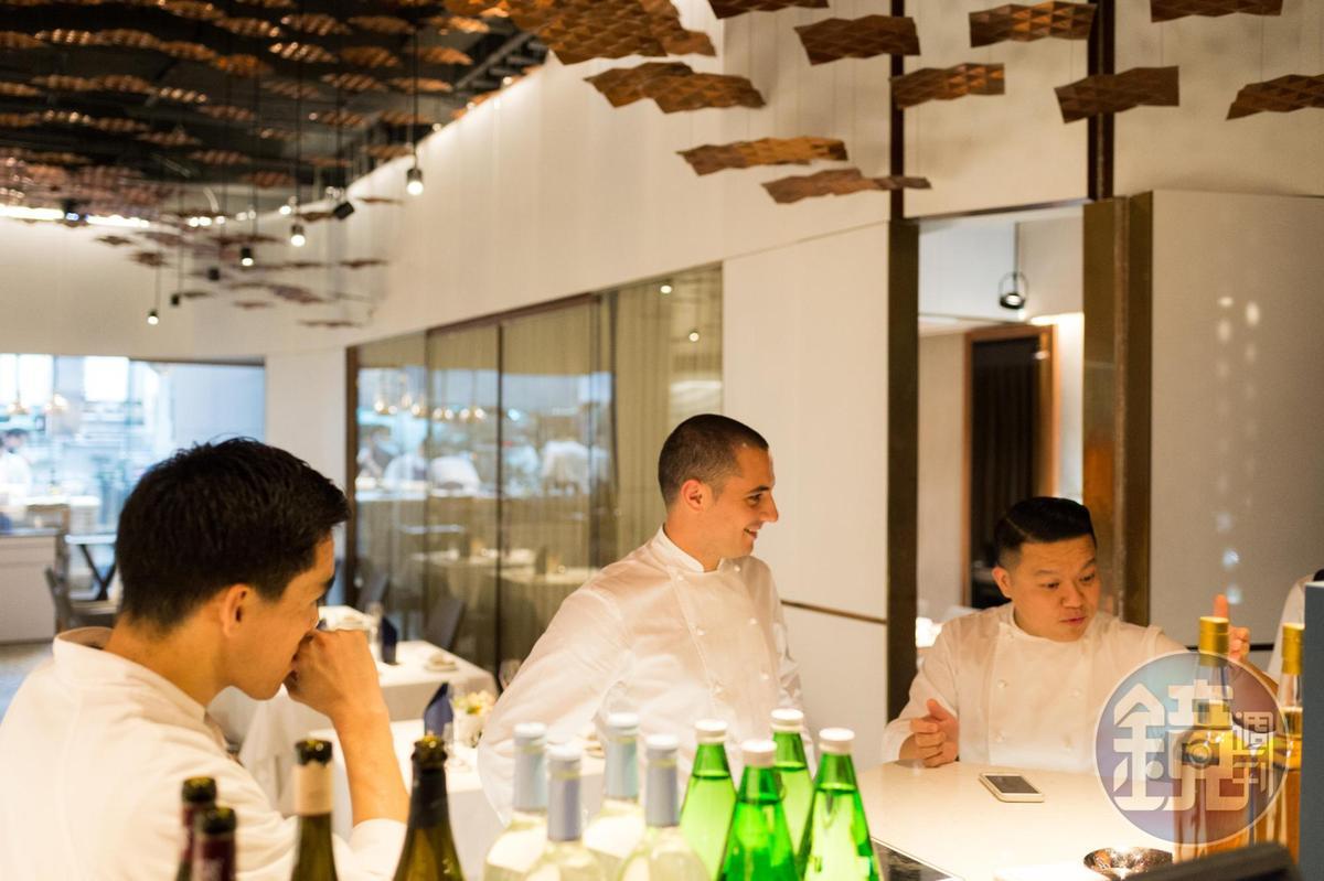 Julien Royer(中)曾二次來台與昔日的徒弟「態芮」主廚何順凱(右)一起合作餐會。