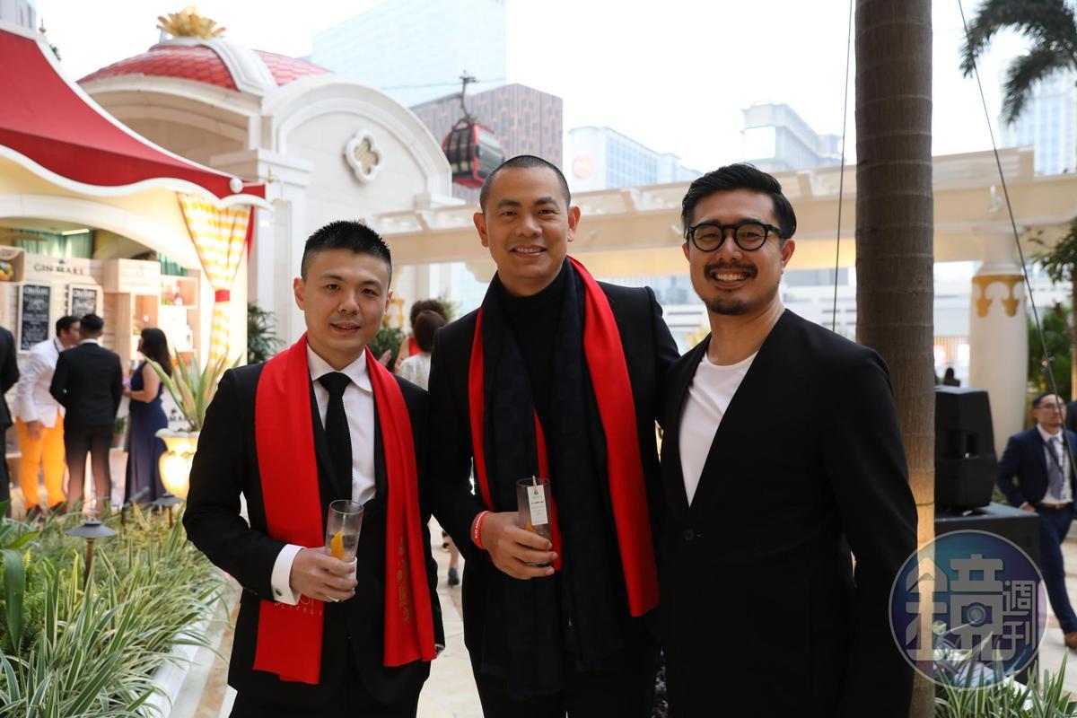 台灣最難訂的餐廳「RAW」今年依然入榜,江振誠(中)與黃以倫(左)二位主廚以法式料理的手法詮釋台灣味。