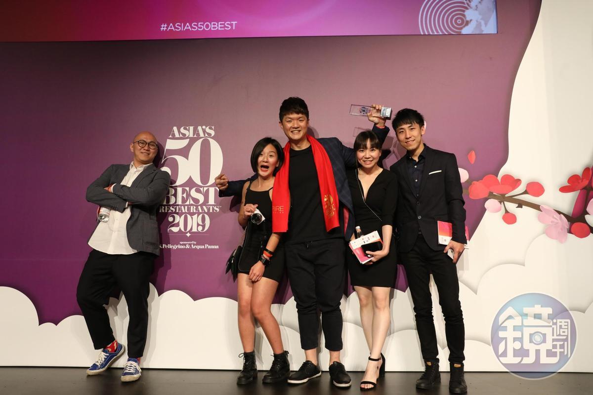 榮獲「Miele one to watch最值得關注獎」的JL Studio主廚林恬耀(中)與團隊一同參與盛會。