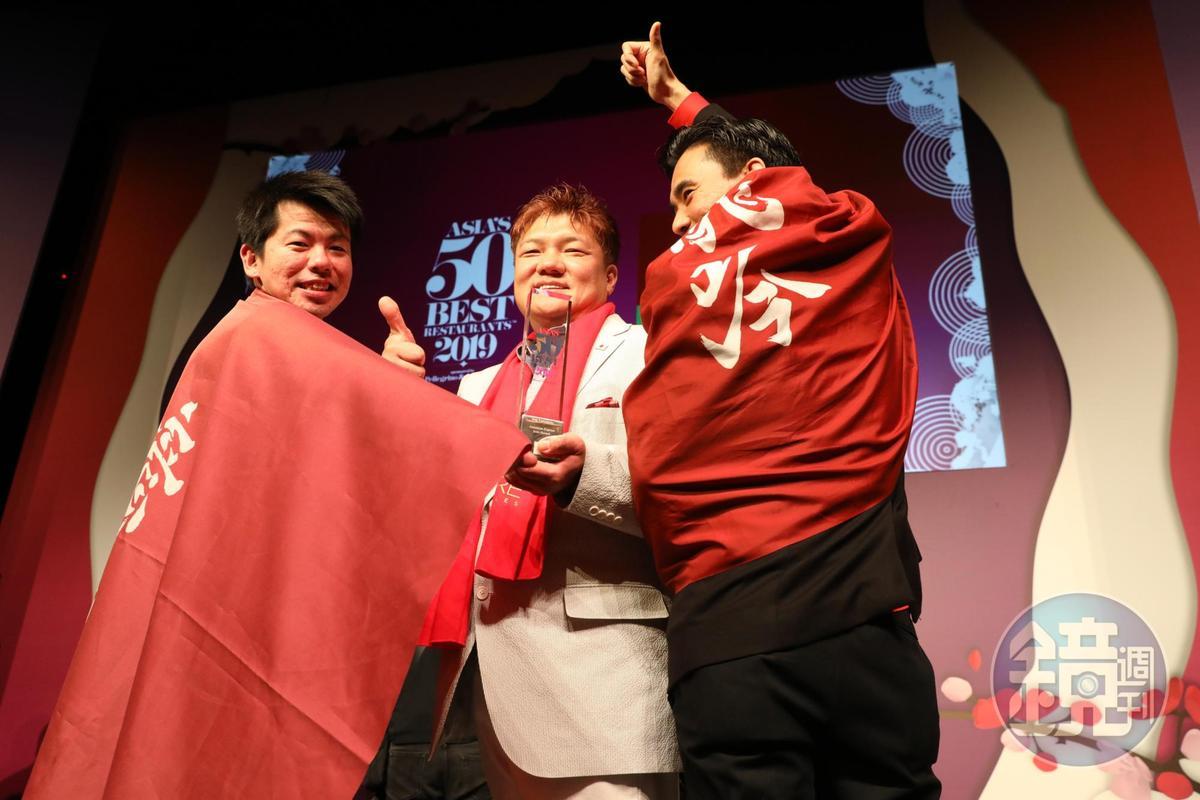 「東京龍吟」山本征治主廚獲頒「美國運通標誌人物獎Icon Award」,眾子弟兵帶著龍吟旗幟上台助陣。
