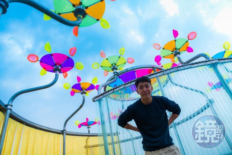 《海風Disco》設計者邱宇平,利用上方的彩色風片,當海風轉動、陽光穿透,即在沙地投射出五顏六色的光影。