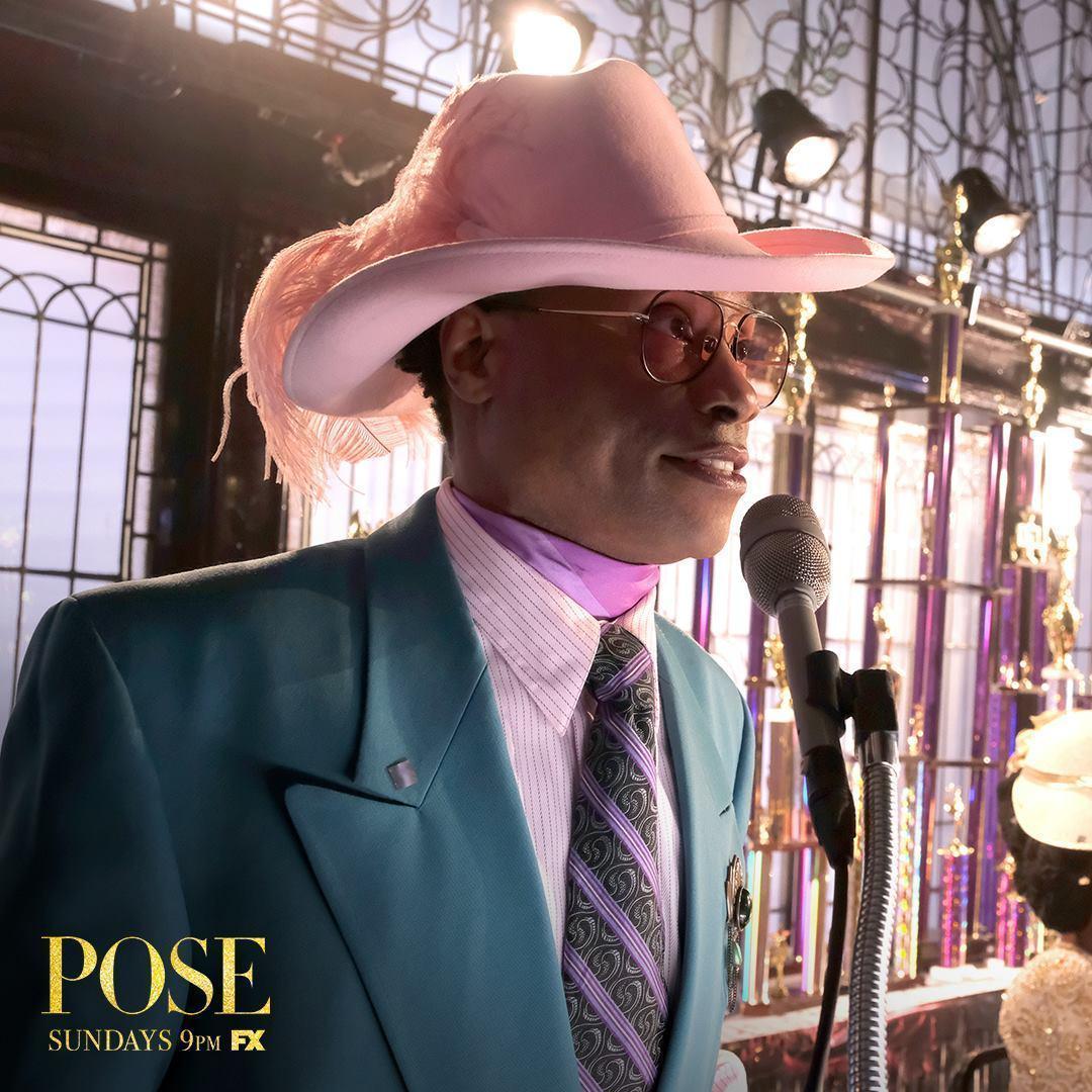 比利波特扮演「豔裝競賽」的主持人,面對愛滋病的威脅,他只能看著朋友一一死去。(翻攝「Pose」官方粉絲團)