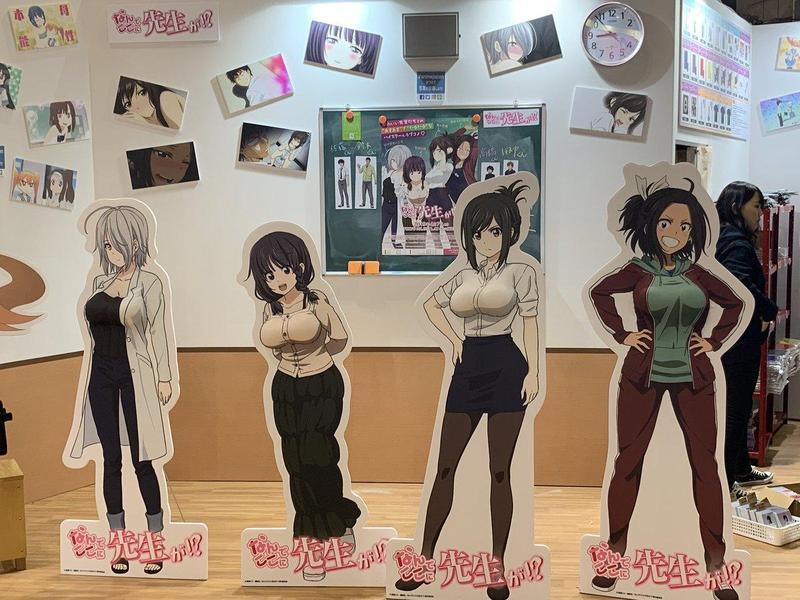 《為什麼老師會在這裡!?》在活動會場放上強調胸部的角色看板。(Twitter@nankoko_anime)