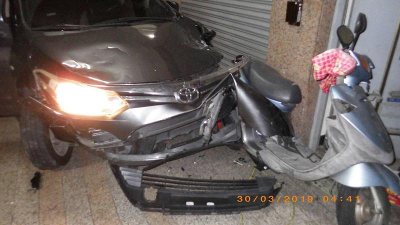 男子酒駕撞毀7輛機車,目擊者說駕駛還想要倒車逃逸,無奈被機車卡住才作罷。(警方提供)