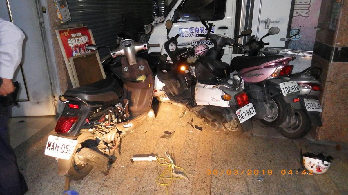 車禍現場凌亂不堪,多輛機車遭撞毀零件散落一地。(警方提供)