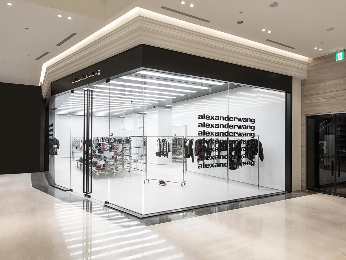 alexanderwang微風南山店以黑、白、灰3色為主調,是品牌更換LOGO後展開的第一間店鋪。(alexanderwang提供)